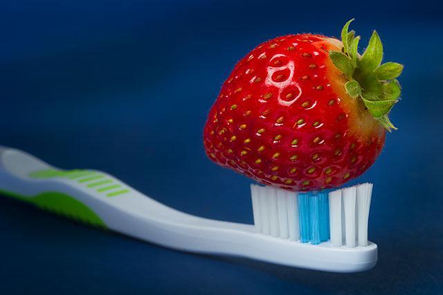 Nghiền nát một trái dâu tươi, rồi trộn với muối biển và dùng nó như một loại kem đánh răng để loại bỏ mảng bám, làm răng sáng, bóng hơn. Để bảo vệ men răng, hãy làm điều này khoảng 2 lần/tuần.
