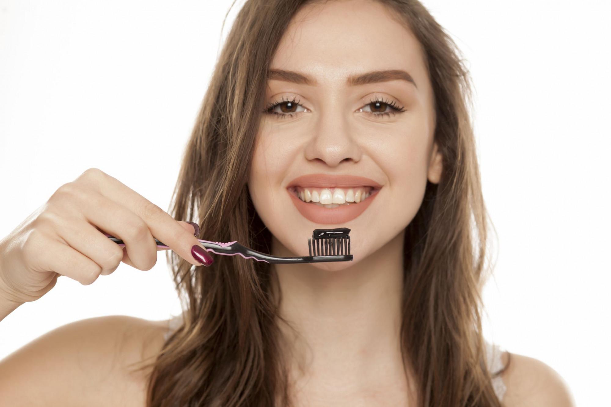 Trộn than hoạt tính với sữa chua, thoa lên răng, để yên trong 2 phút sau đó súc miệng thật sạch và đánh răng như thông thường. Nếu áp dụng thường xuyên, bạn sẽ có hàm răng trắng sáng sau khoảng 3 tuần.