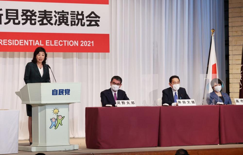 Bà Seiko Noda phát biểu tranh cử trong đảng Dân chủ Tự do (LDP) cầm quyền cùng với các ứng cử viên khác, từ trái sang, Taro Kono, Fumio Kishida và Sanae Takaichi, tại trụ sở của đảng ở Tokyo ngày 17/9 - Ảnh: Bloomberg