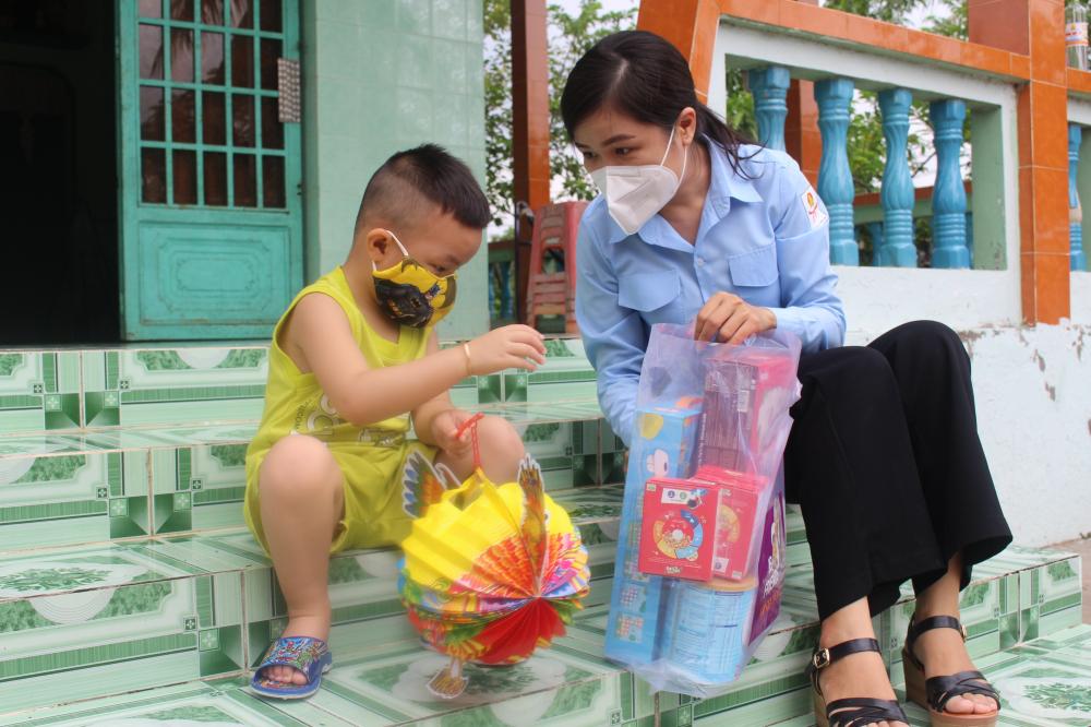 Các tình nguyện viên đến tận nhà trao quà trung thu cho các em.