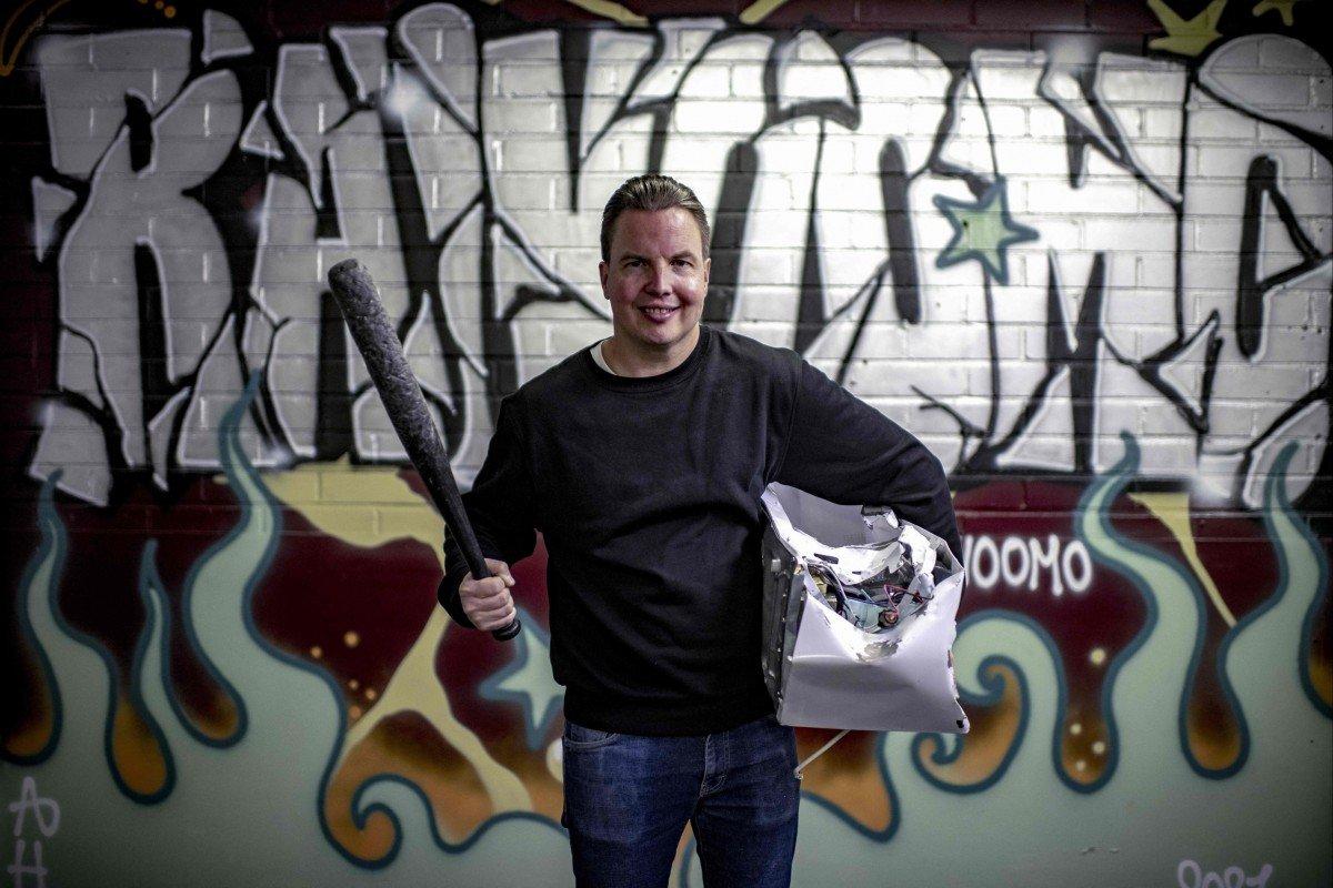 Anh Janne Raninen, chủ một căn phòng trút giận vừa mới khai trương ở Phần Lan - Ảnh: Olivier Morin/AFP