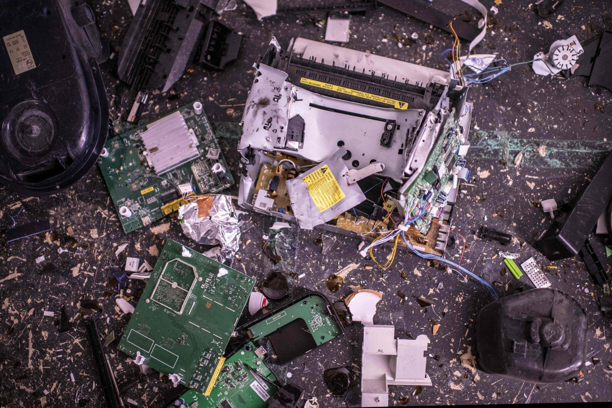 Đồ đạc bị khách hàng đập phá bên trong căn phòng trút giận - Ảnh: AFP
