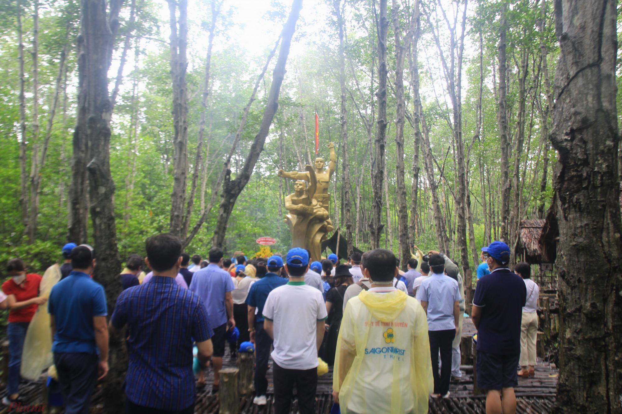 Đoàn  y bác sĩ dân hương  tại  đài  tượng  niệm  chiến  sĩ  đặt  công  Rừng Sátt. Ảnh: Quốc Thái
