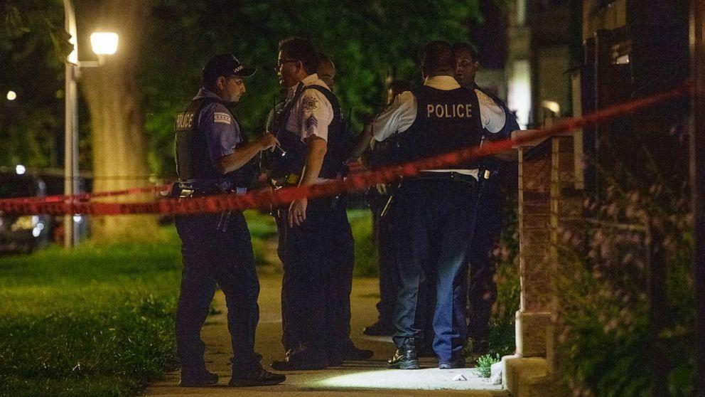 Cảnh sát Chicago điều tra hiện trường một vụ xả súng ở Chicago, ngày 3/9/2021.
