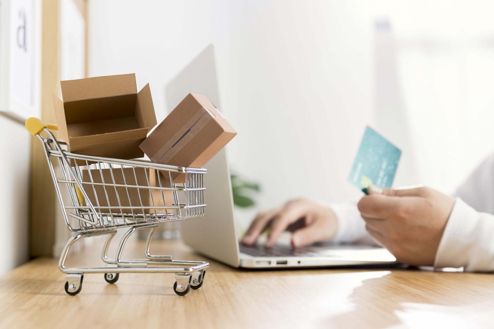 Rất nhiều người chuyển hoàn toàn sang mua sắm online trong thời điểm giãn cách xã hội nên các khoản phí thanh toán, phí chuyển khoản khi mua hàng... trong thời gian dài là không hề nhỏ - Ảnh minh họa