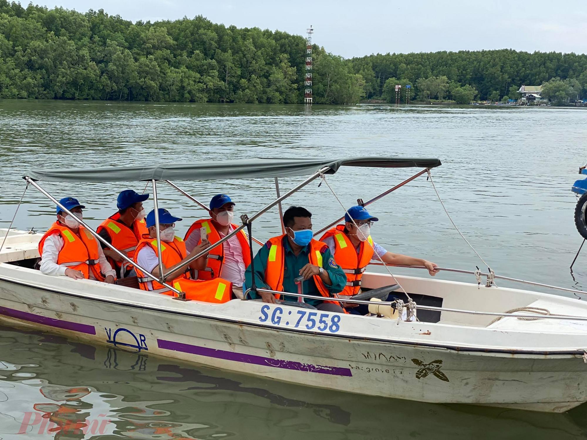 """Buổi chiều đoàn tiến hành tham quan khu di tích Dần Xây, trải nghiệm cano trên sông, tham quan vườn chim, khu bảo tồn dơi nghệ, cá sấu hoa cà, trải nghiệm mạo hiểm với """"du thuyền cá sấu"""