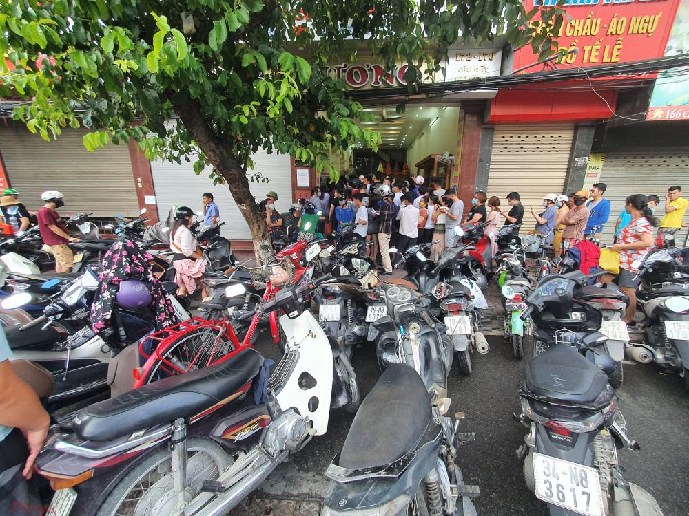 Người dân ở Hải Phòng chờ mua bánh trung thu