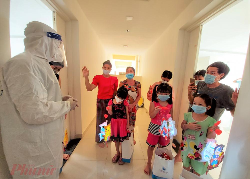 Các y bác sĩ gửi lời chúc trung thu đầm ấm đến các em thiếu nhi và gia đình, mong mọi người sớm khỏe mạnh.
