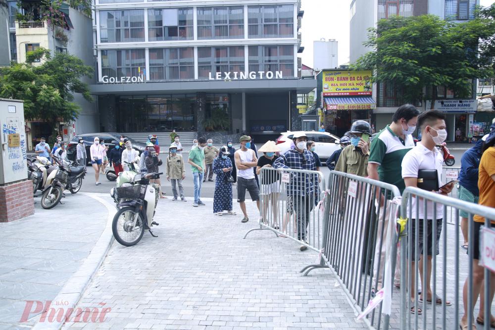 Ngày 19/9, rất nhiều người dân đội nắng xếp hàng tại điểm trường tiểu học Chu Văn An, 260 phố Thụy Khuê để mua bánh trung thu cổ truyền, theo phương án của UBND phường hỗ trợ cơ sở kinh doanh bán hàng.