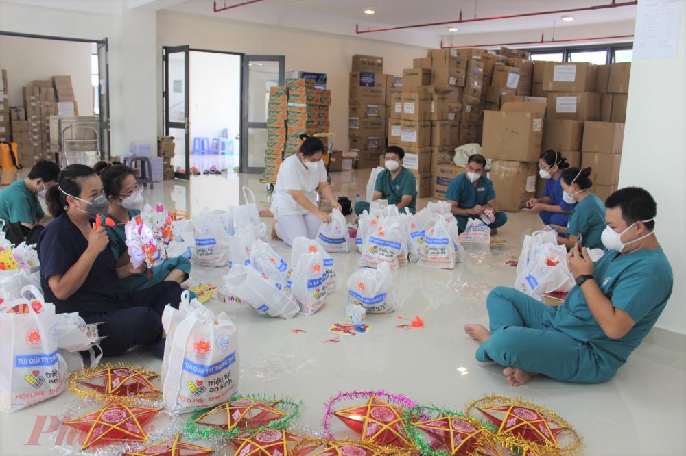 Các y bác sĩ, nhân viên Bệnh viện Từ Dũ tận dụng mọi thời gian dôi dư để chuẩn bị quà trung thu cho các em.