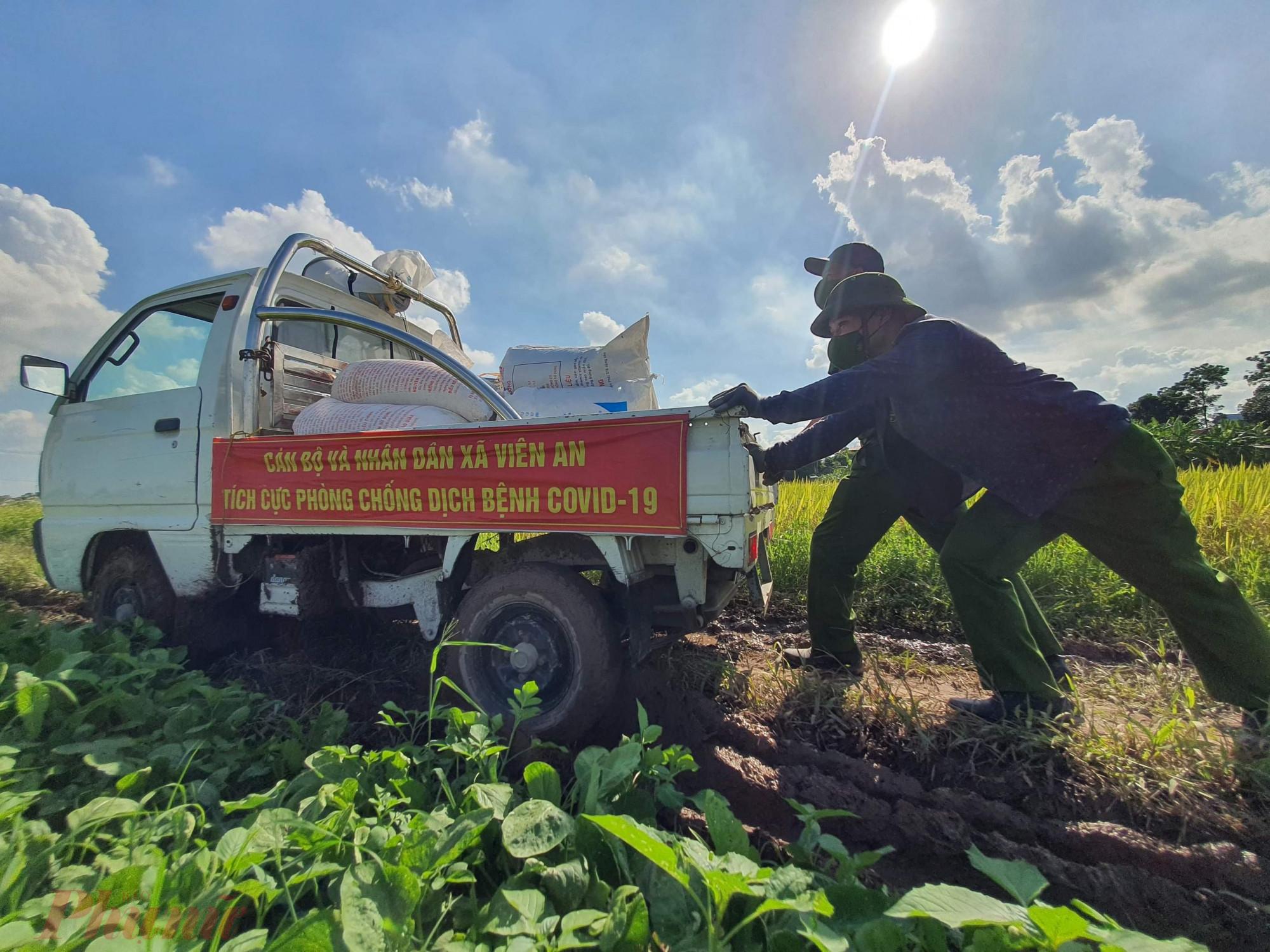 Những chiến sĩ công an sử dụng xe tải vận chuyển hàng chục chuyến chở thóc thành phẩm từ cánh đồng về kho tập kết.