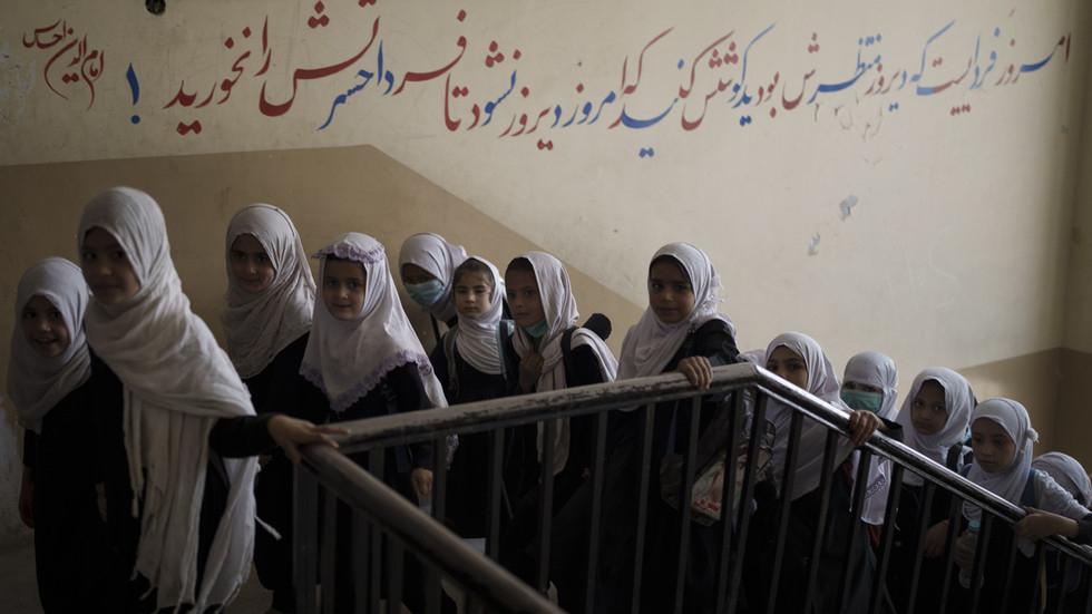 Nữ sinh một trường học ở Kabul, Afghanistan - Ảnh: AP