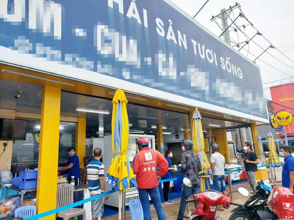 Cửa hàng kinh doanh hải sản ở đường Nguyễn Thị Thập, Q.7 tái hoạt động sau nhiều tháng đóng cửa