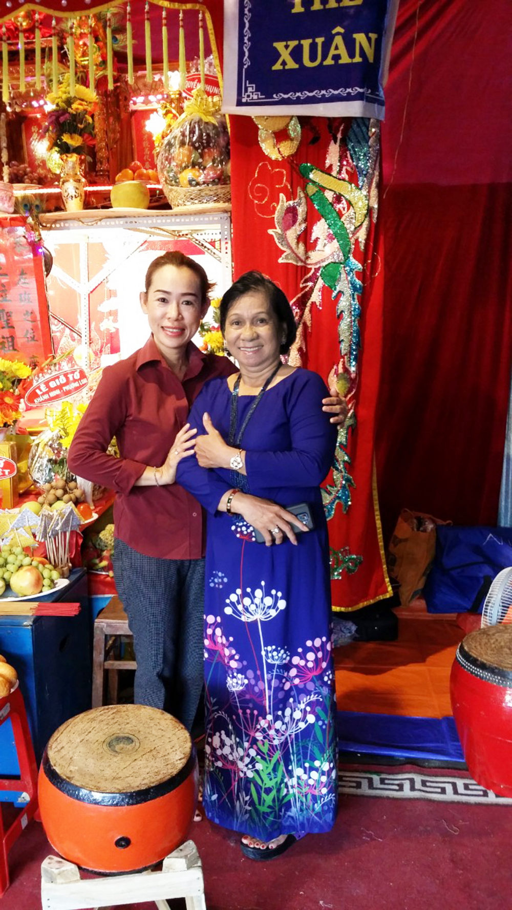 Nghệ sĩ Kim Hiền cùng người thầy của mình - NSƯT Ngọc Khanh (phải) - trong dịp ngày giỗ Tổ sân khấu năm 2015