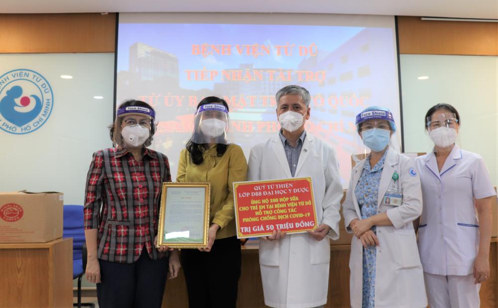 Dịp này, Ủy ban MTTQ Việt Nam TPHCM cũng trao tặng 50 hộp bánh trung thu (do Highland coffee tài trợ) đến lực lượng điều dưỡng, y bác sĩ chăm sóc trẻ em có hoàn cảnh khó khăn; đại diện Quỹ Từ thiện Lớp D88 Đại học Y dược TPHCM trao tặng 200 hộp sữa, trị giá 50 triệu đồng.