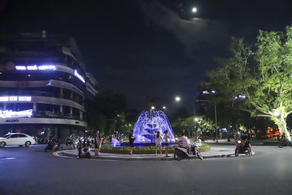 Tại đài phun nước Hồ Gươm - Quảng trường Đông Kinh Nghĩa Thục cũng có khá đông người dân đến chụp ảnh đêm trước rằm Dẹtrung thu.