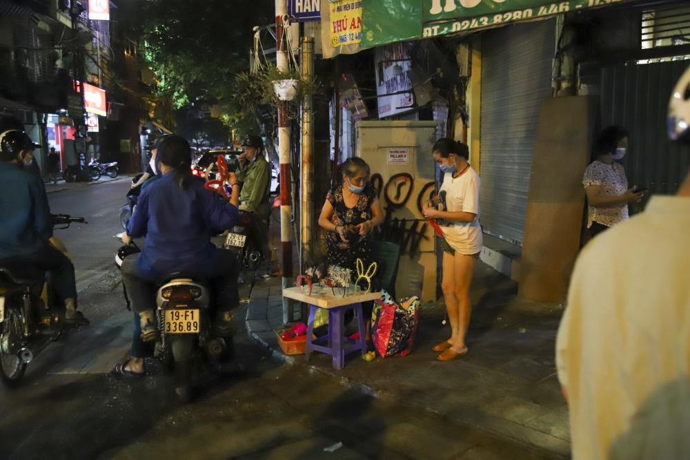 Trên dọc tuyến đường Hàng Mã, Đồng Xuân có rất nhiều các cửa hàng bán đồ chơi trung thu