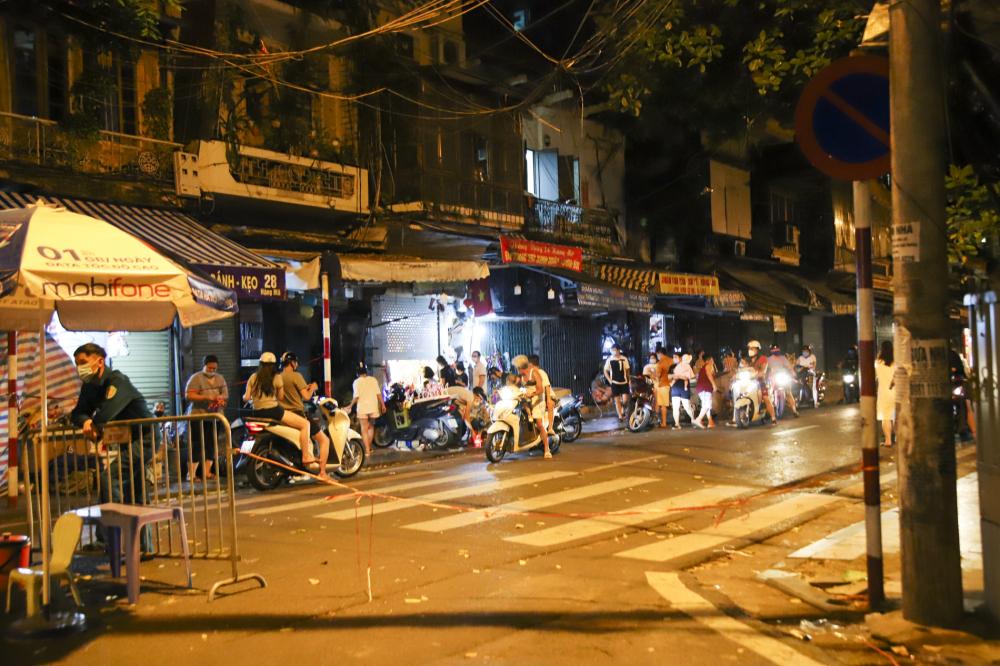 Tại phố Hàng Mã, mặc dù đã được rào chắn và có bảo vệ nhưng lượng người đổ về mua đồ chơi đêm trung thu khá đông.