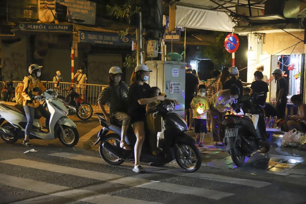 Theo ghi nhận của phóng viên vào tối ngày 20/9, trên các tuyến phố cổ như Đồng Xuân, Hàng Mã, Hàng Đường... có khá đông người dân đổ ra đường mua sắm đồ chơi trẻ em.