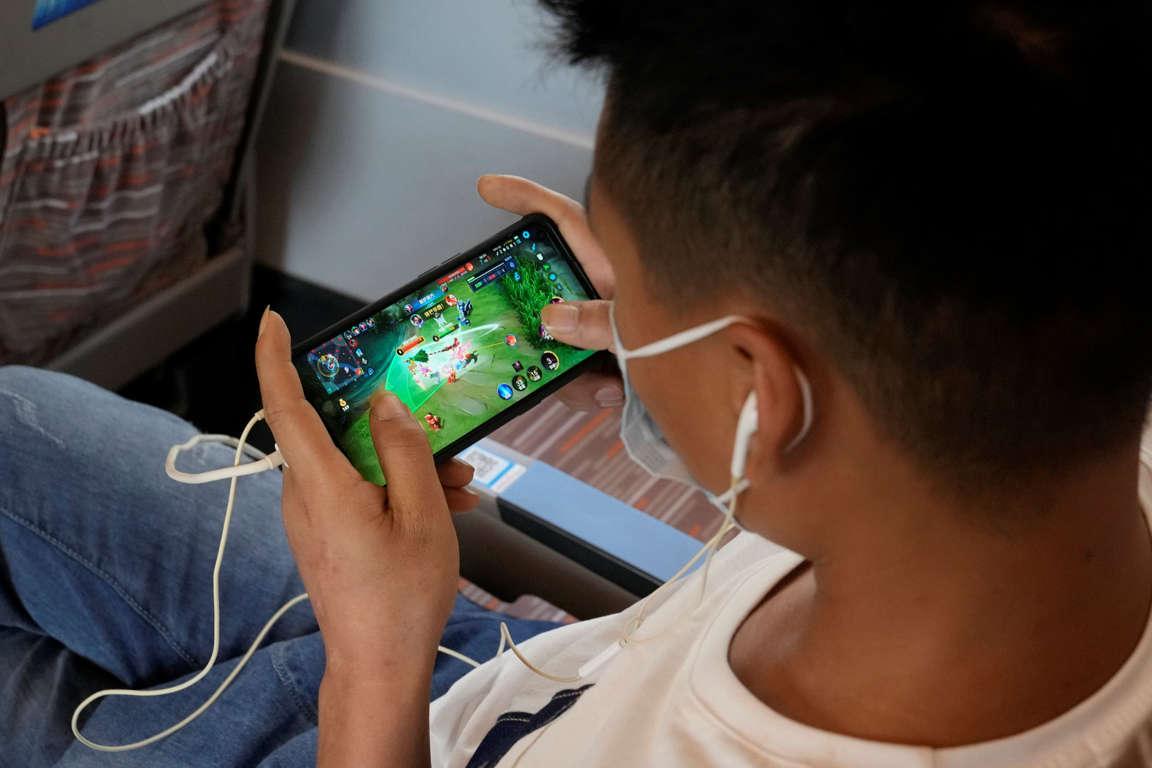Chính phủ Trung Quốc kỳ vọng những quy định mới đầy khắt khe sẽ giúp giải quyết được vấn đề nghiện game online trong giới trẻ - Ảnh: Ng Han Guan/AP