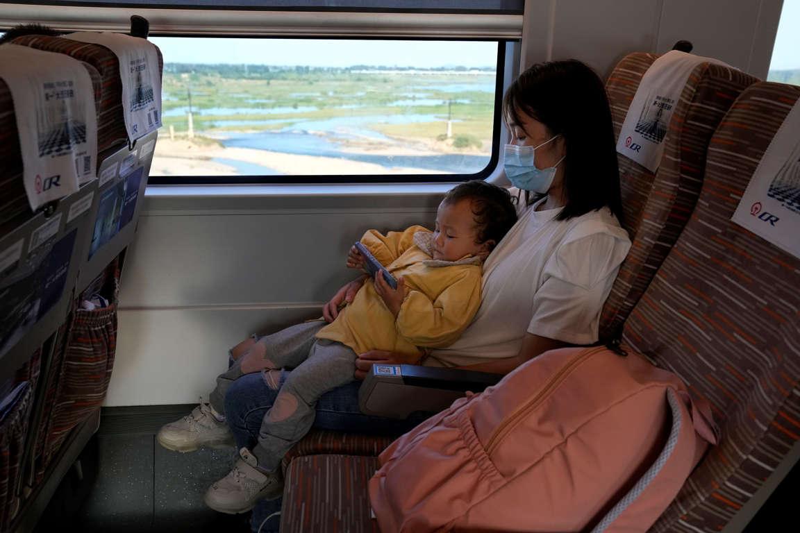 Trẻ em nghiện game online trên thiết bị di động là một vấn đề mà chính quyền Trung Quốc lo ngại - Ảnh: Ng Han Guan/AP