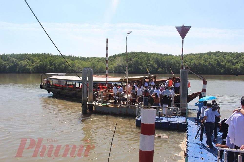 Du khách lên tàu tham gia tour khám phá sông Cần Giờ. Ảnh: Huỳnh Hằng
