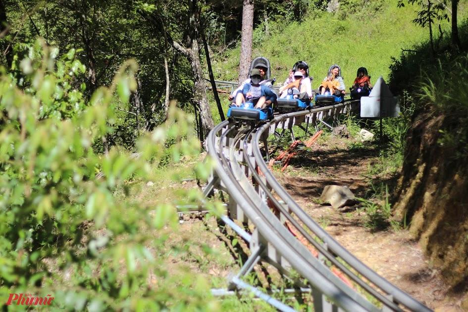 Du khách trải nghiệm xe máng trượt ở thác Dalanta, Đà Lạt. Ảnh: Huỳnh Hằng.