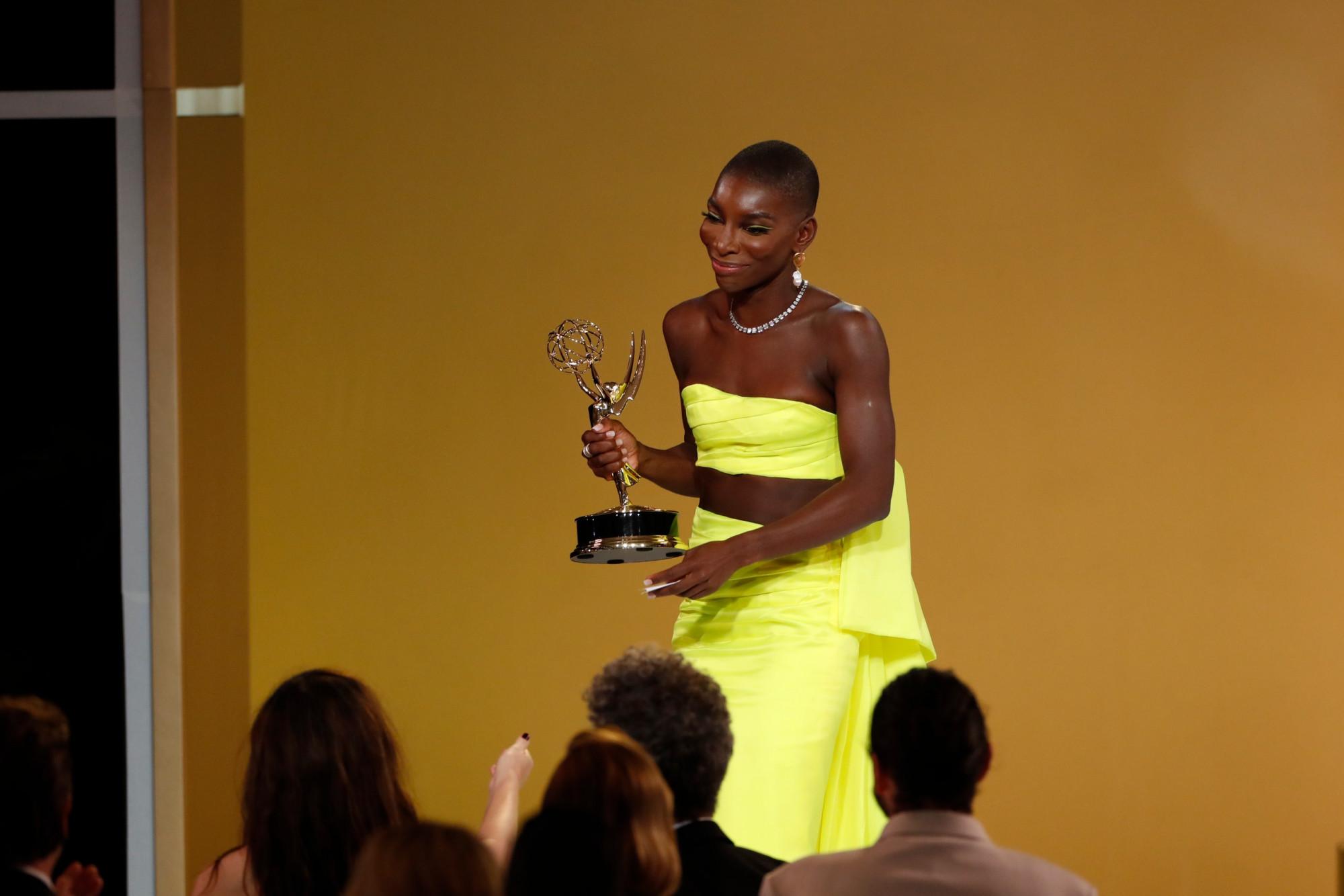 Michaela Coel, nghệ sĩ da màu nhận giải biên kịch cho series ngắn.