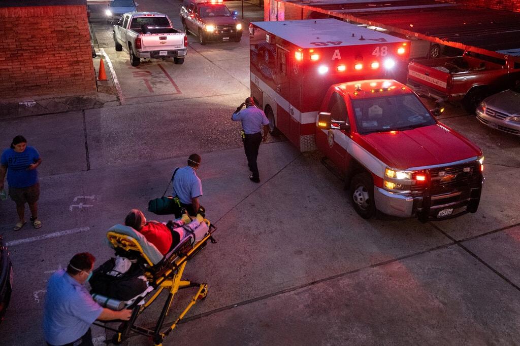 Một nữ bệnh nhân mắc COVID-19 được đưa đến bệnh viện ở Houston vào tuần trước