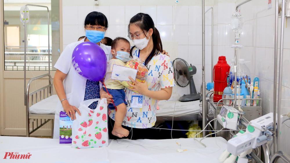 Những món quà tuy nhỏ nhưng mang ý nghĩa thiết thực góp phần động viên các cháu cùng gia đình tiếp tục nỗ lực chiến đấu với bệnh tật.