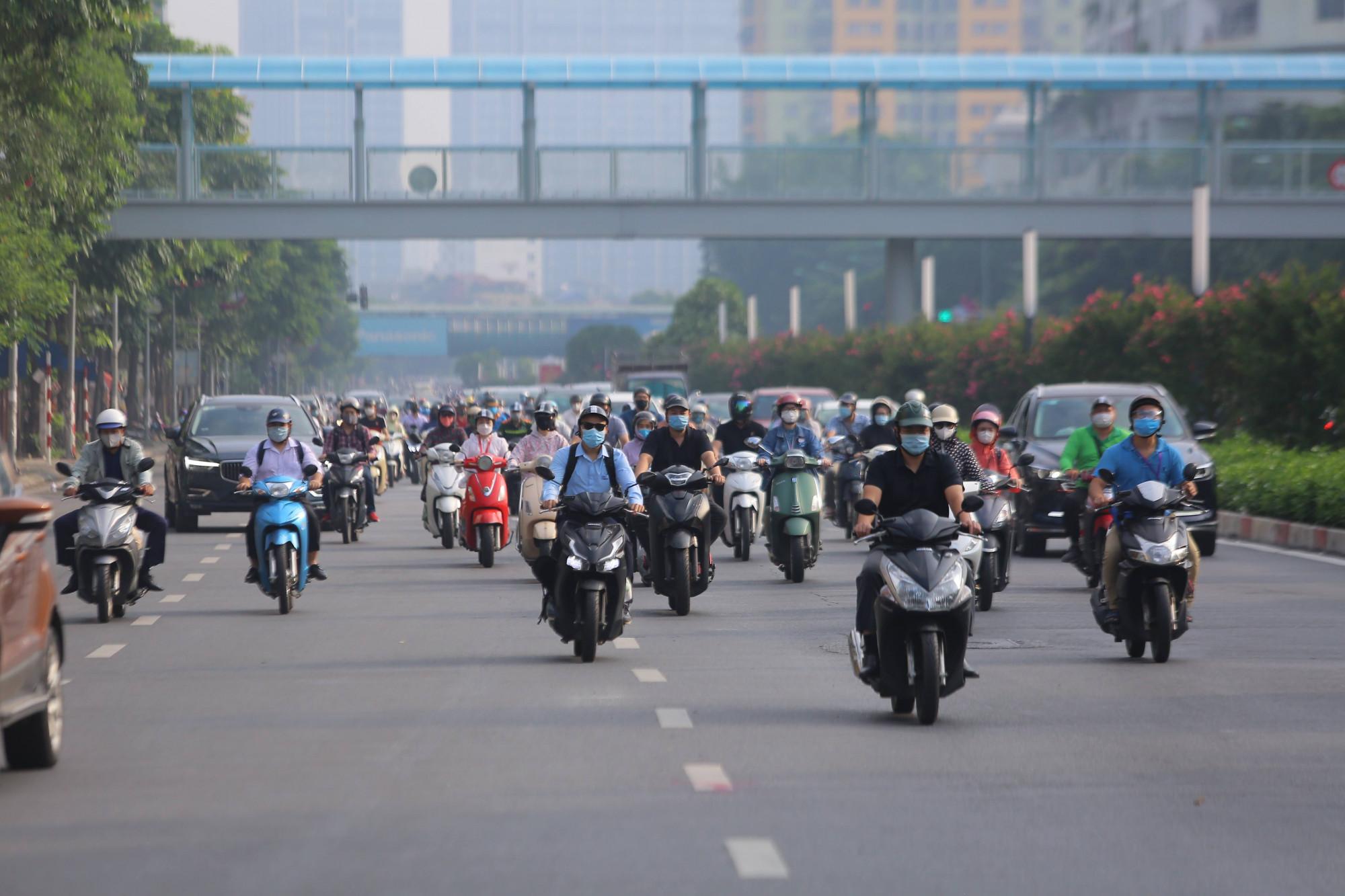 Tại các trục đường chính như Nguyễn Chí Thanh, Trần Duy Hưng mật độ giao thông cao nhưng không ùn tắc do mặt đường Liễu Giai, Văn Cao đã được mở rộng trong thời gian vừa qua.