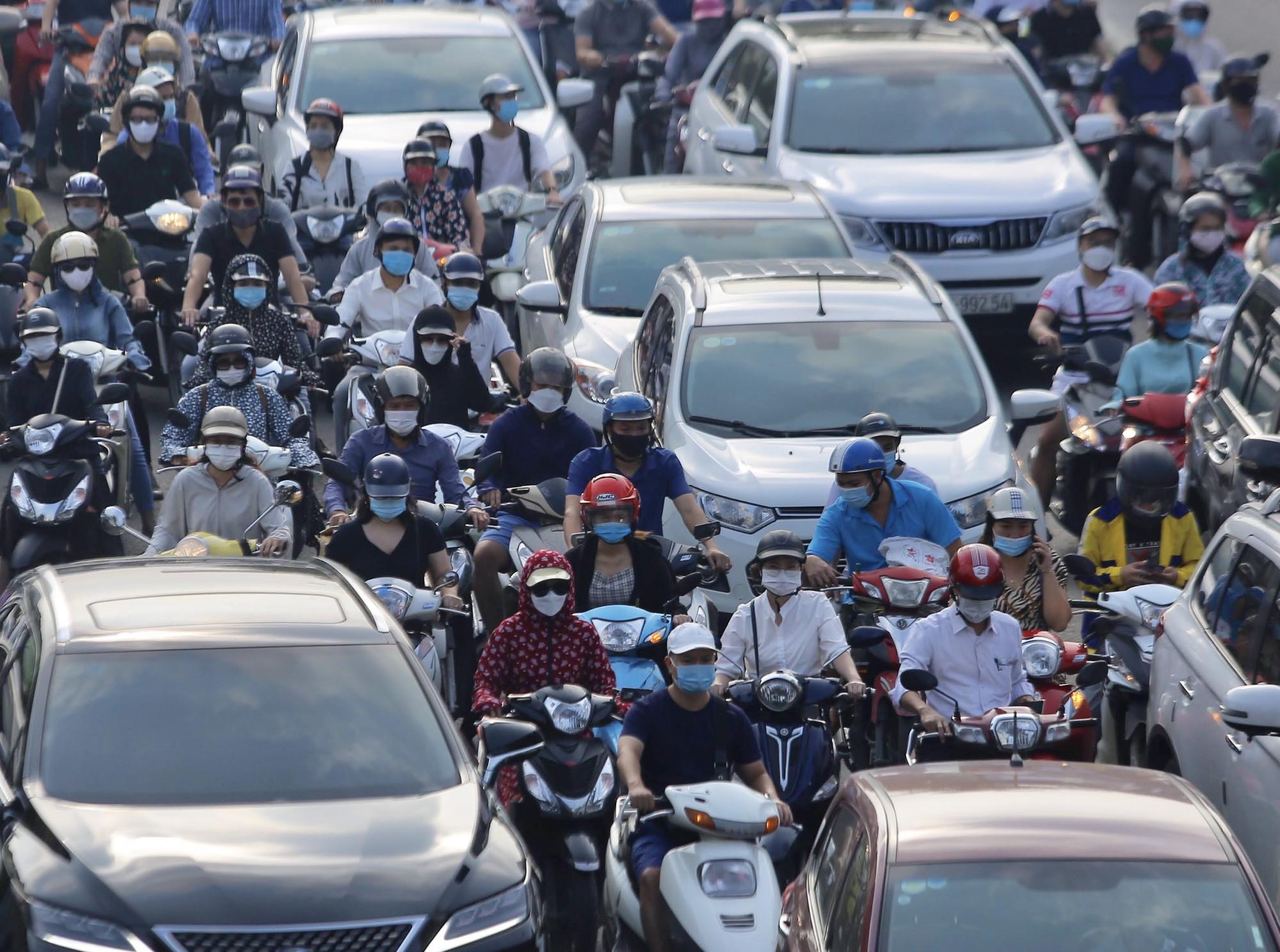'Điền vào chỗ trống' - hình thức tham gia giao thông khá phổ biển của Hà Nội vào giờ cao điểm.