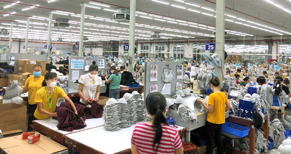 Trong số người về quê tránh dịch, nhiều trường hợp vẫn muốn quay lại TP.HCM tìm kiếm việc làm (trong ảnh: Một số công ty may mặc ở miền Trung có nhu cầu tuyển dụng người lao động về quê có tay nghề sẵn nhưng số lao động này lại không nhiều) - ẢNH: THUẬN HÓA