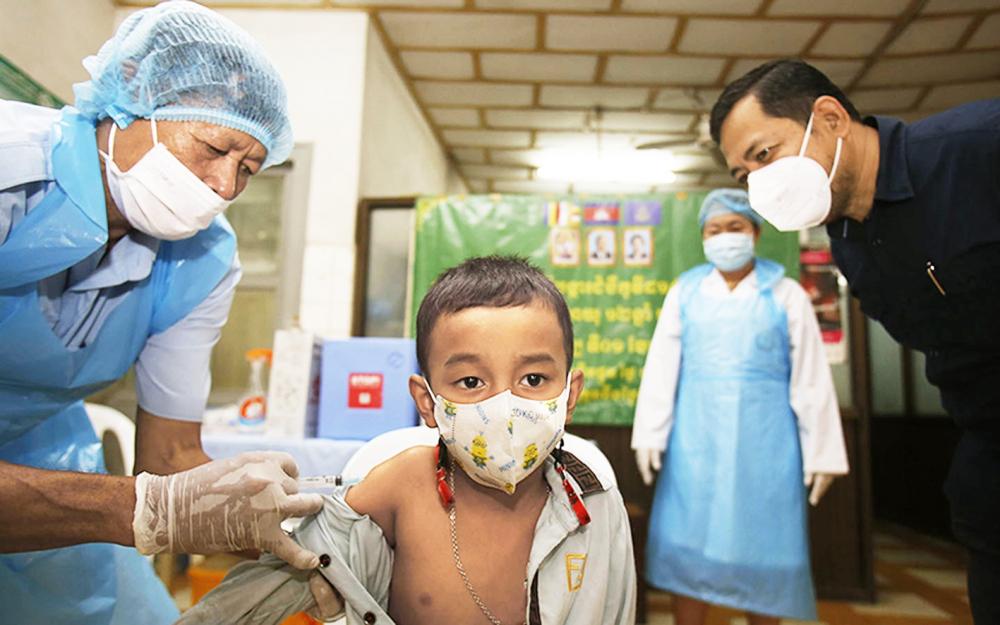 Trẻ nhỏ Campuchia được tiêm ngừa phòng COVID-19