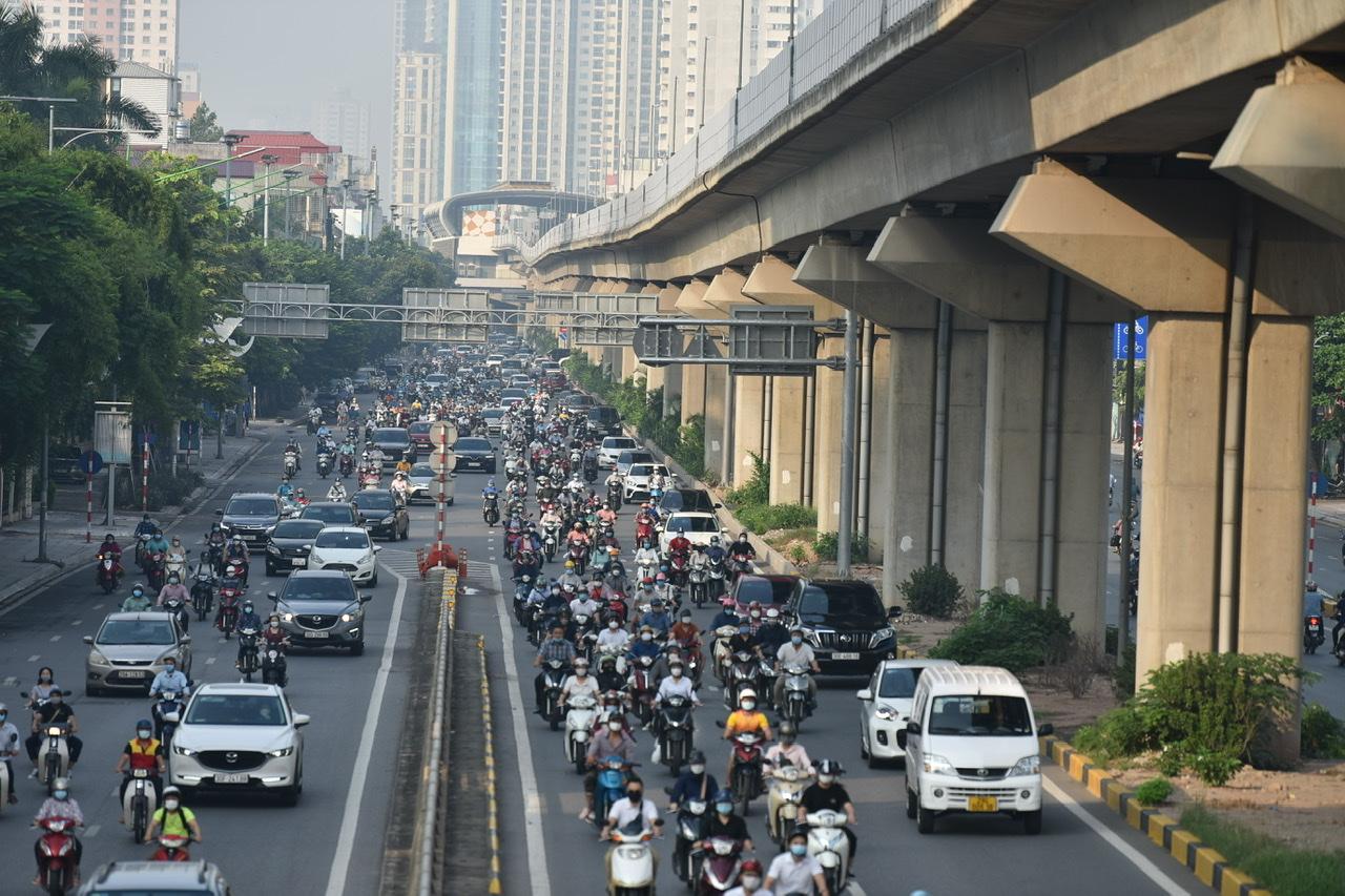 Theo Văn bản ban hành tối qua do Chủ tịch UBND TP Hà Nội Chu Ngọc Anh ký, từ 6g ngày 21/9 Hà Nội sẽ không kiểm tra giấy đi đường.