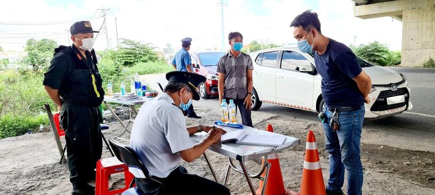 Lực lượng chức năng kiểm tra phương tiện vào tỉnh Long An