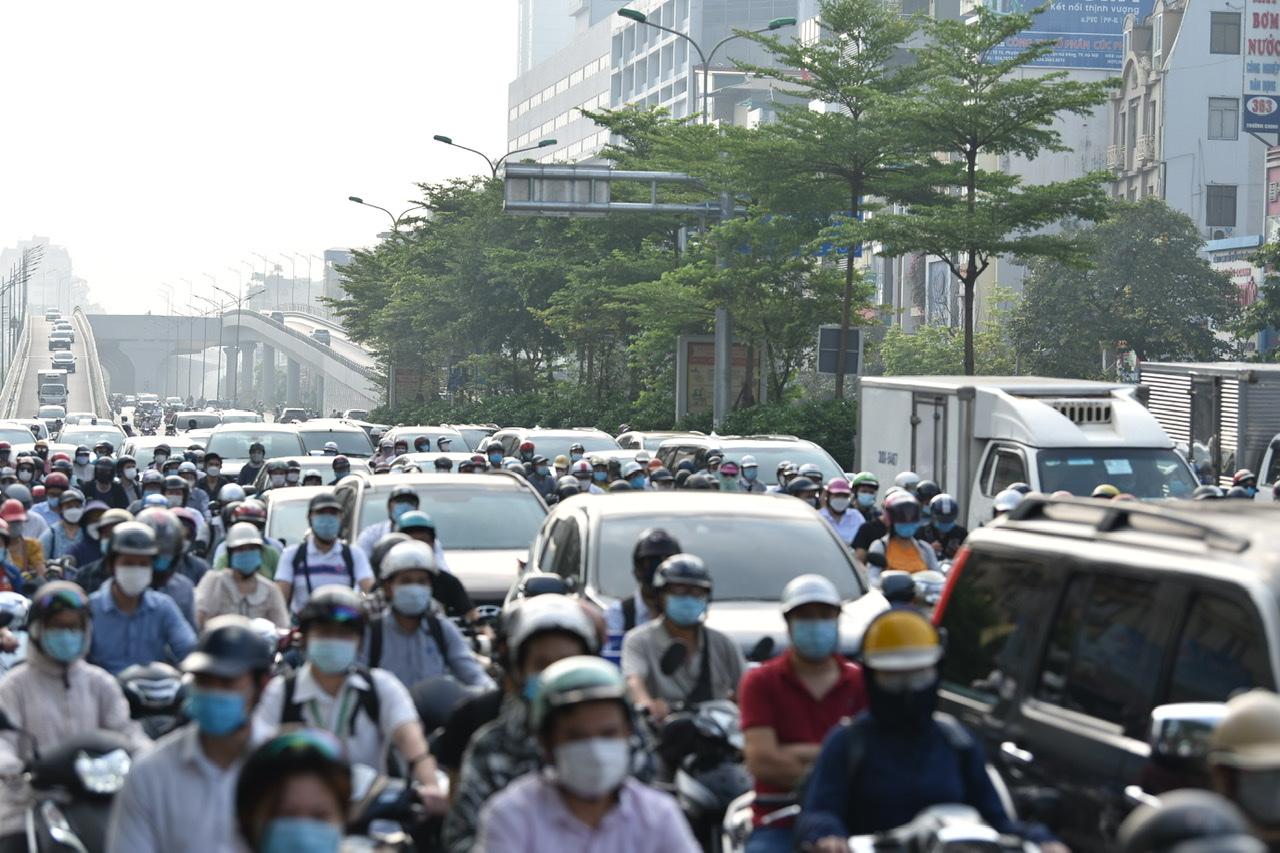 Tuy nhiên, trong cuộc họp Sở Chỉ huy phòng chống dịch COVID-19 Hà Nội vào chiều qua, Công an TP Hà Nội cũng lưu ý người dân chỉ ra đường khi thực sự cần thiết.