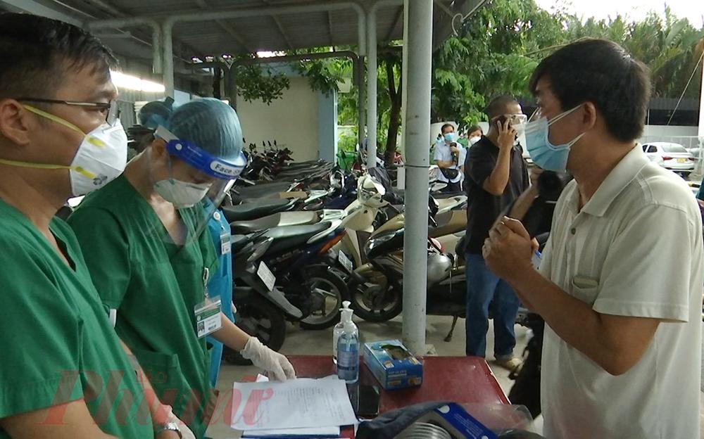 Trong cơn mưa nặng hạt, hơn 20 thân nhân bệnh nhân vẫn đến kịp giờ hẹn, chờ gọi tên để nhận lại đồ đạc người thân mình để lại với tâm trạng bồi hồi, mong đợi