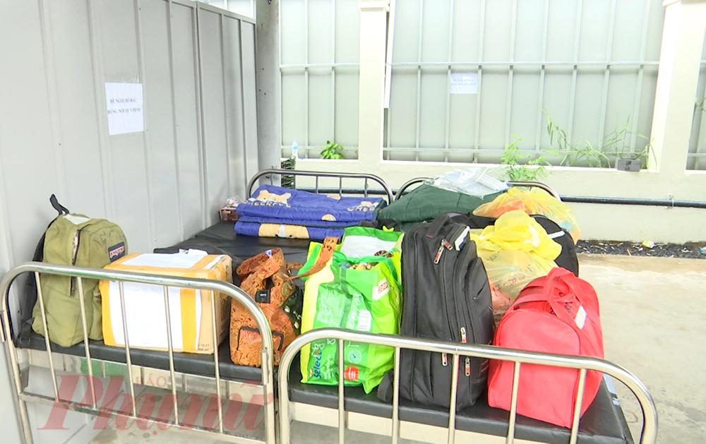 Đôi khi là chiếc ba lô, túi xách chứa những bộ quần áo... xếp vội khi đi điều trị, chiếc bình giữ nhiệt, điện thoại,... dù là gì đi chăng nữa, đối với thân nhân bệnh nhân lúc này tất cả là vô giá