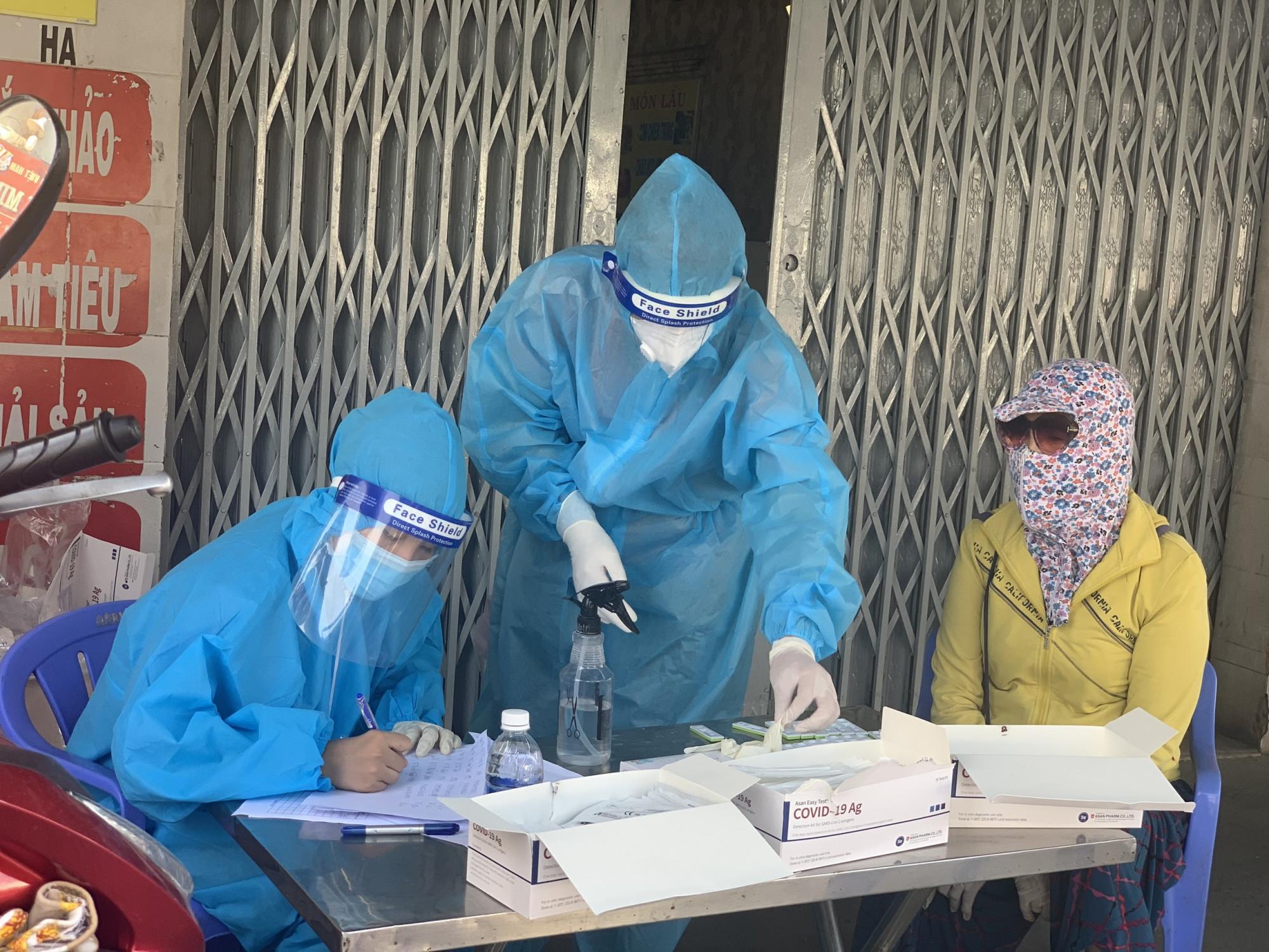 Lấy mẫu xét nghiệm cho người dân tại huyện Long Thành, Đồng Nai