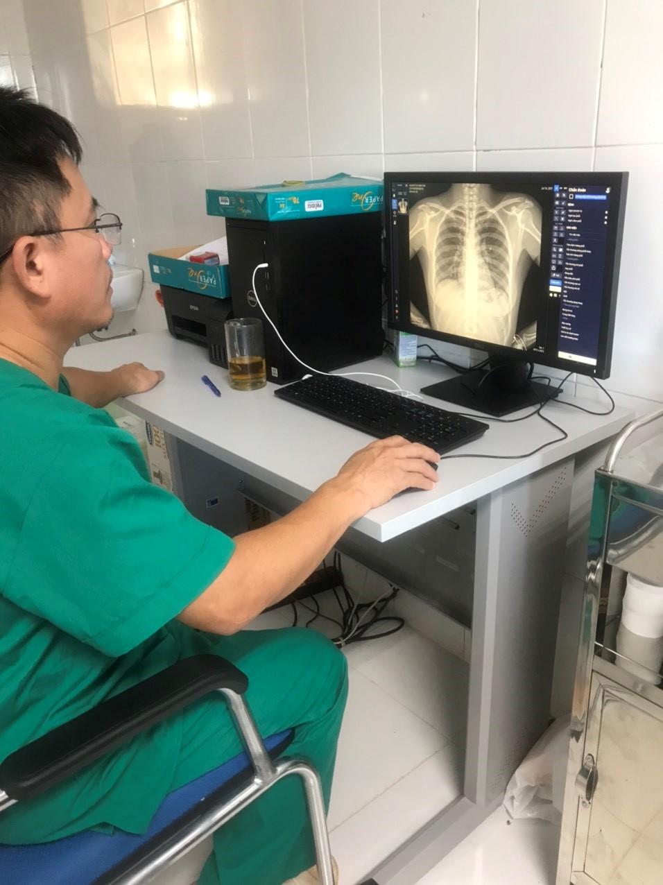 Bác sĩ tại Bệnh viện dã chiến Kỳ Anh sử dụng DrAid để theo dõi điều trị cho bệnh nhân COVID-19 - Ảnh: Vingroup