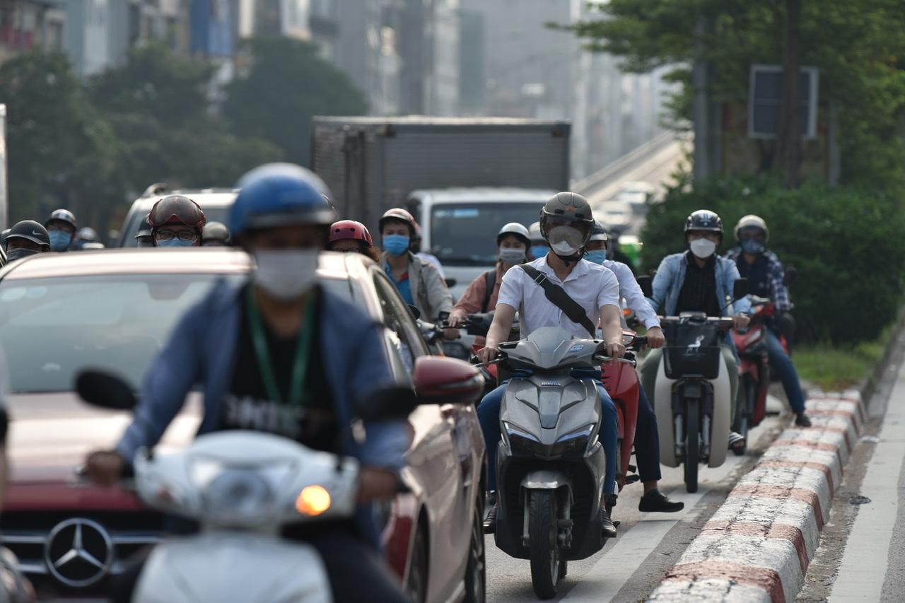 Tại Ngã tư Sở (hướng đường Trường Chinh), người dân phải chờ 2-3 nhịp đèn giao thông mới đi qua được.