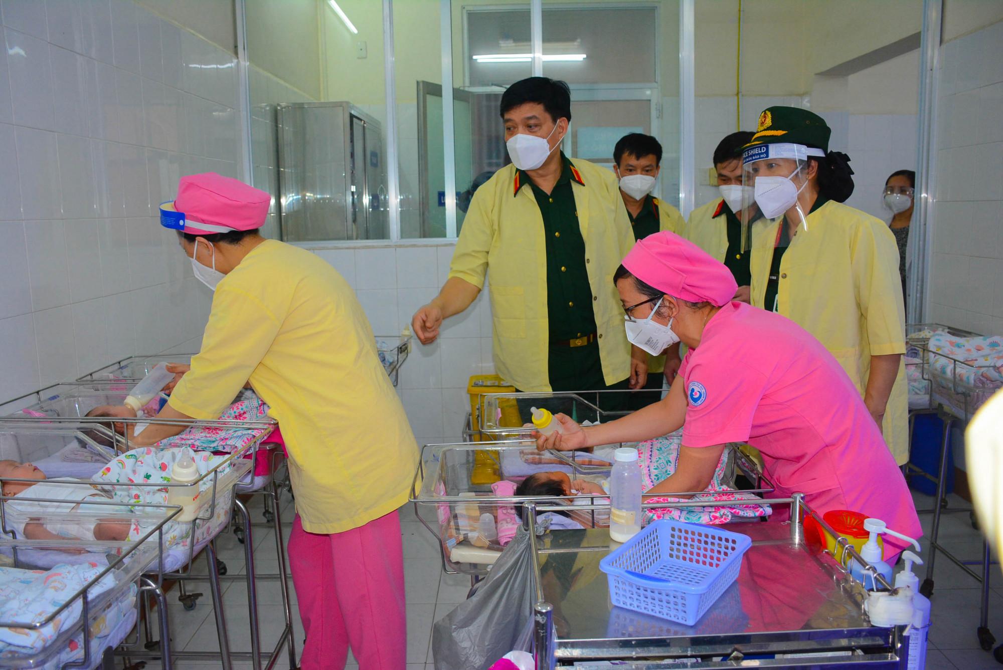 Đoàn đã đến thăm và động viên các y bác sĩ đang thực hiện nhiệm vụ