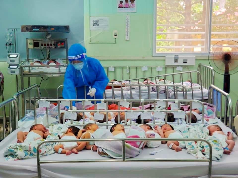 bệnh viện phụ sản Từ Dũ hiện chăm sóc hơn 200 em sơ sinh trong đó gần 100 bé có mẹ mắc covid.