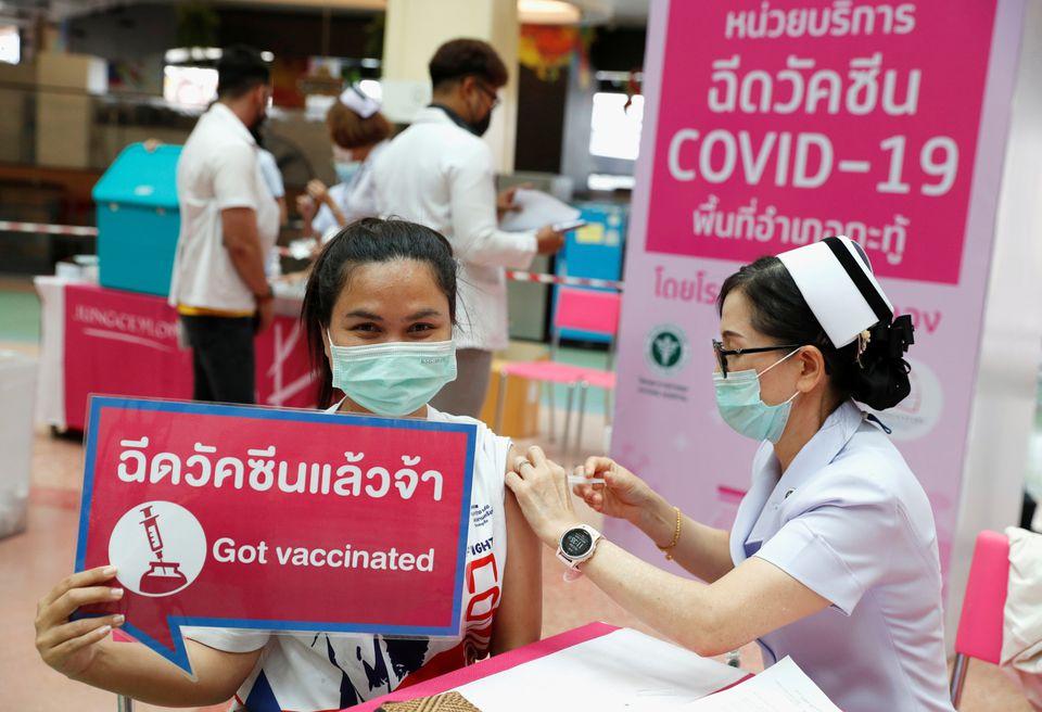 Người dân trên hòn đảo nghỉ dưỡng Phuket của Thái Lan đổ xô đi tiêm vắc xin bất hoạt Sinovac ở liều một trong bối cảnh dịch bệnh SARS-CoV-2 bùng phát. Ảnh  REUTERS / Jorge Silva