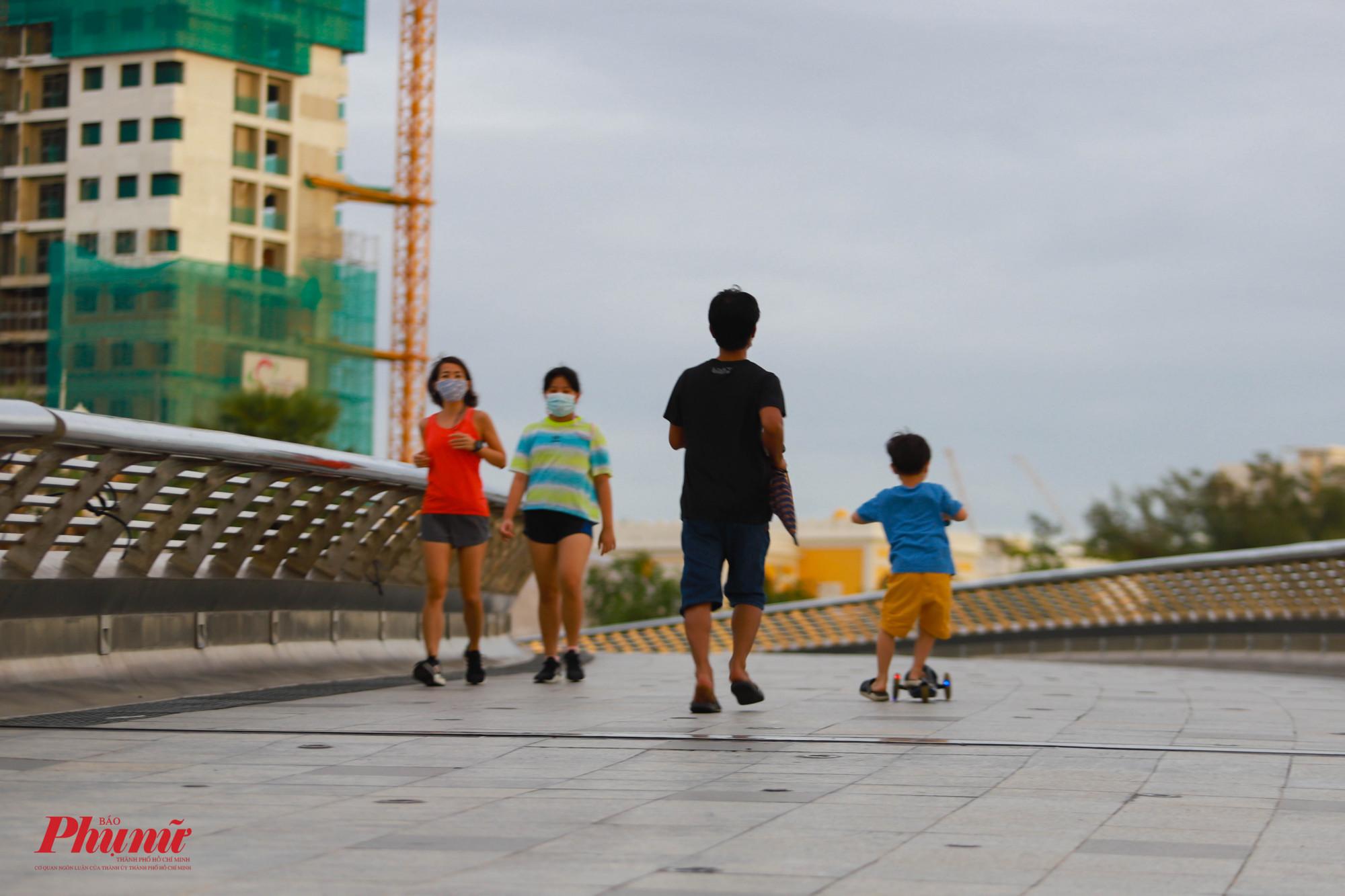 Người dân tập thể dục trên cầu Ánh Sao, Quận 7