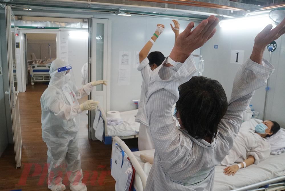 Bác sĩ Phạm Thị Tố Uyên - bác sĩ nội trú Đại Học Y Hà Nội liên tục hô hít vào, thở ra kết hợp theo từng động tác tay, chân để nhắc nhở người bệnh duy trì thói quen tập thở