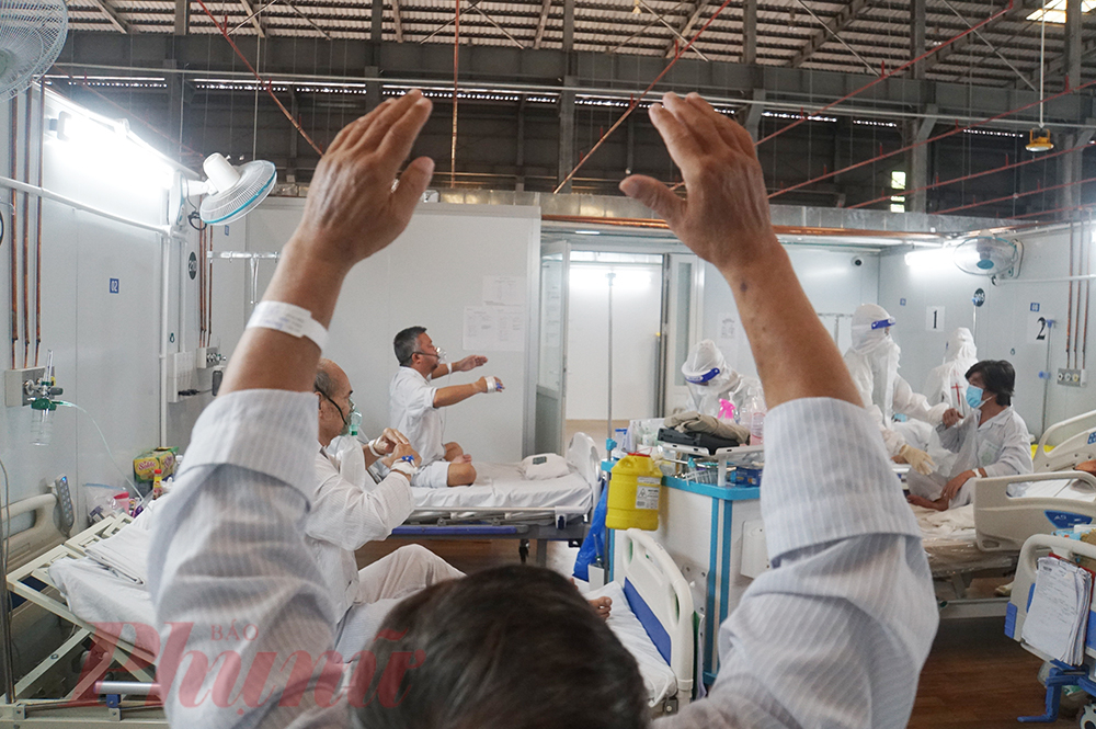 PGS.TS Đỗ Đào Vũ - Phó giám đốc Trung tâm Phục hồi chức năng Bệnh viện Bạch Mai, kiêm trưởng khoa Trung tâm Hồi sức tích cực cho bệnh nhân COVID-19 trực thuộc Bệnh viện Bạch Mai cho biết: Tùy tuổi tác, bệnh kèm theo,… chúng tôi phải đặt mục tiêu hồi phục cho từng bệnh nhân cụ thể để tập vật lý trị liệu, cố gắng phục hồi tối đa để bệnh nhân có thể trở về gia đình, hòa nhập với xã hội