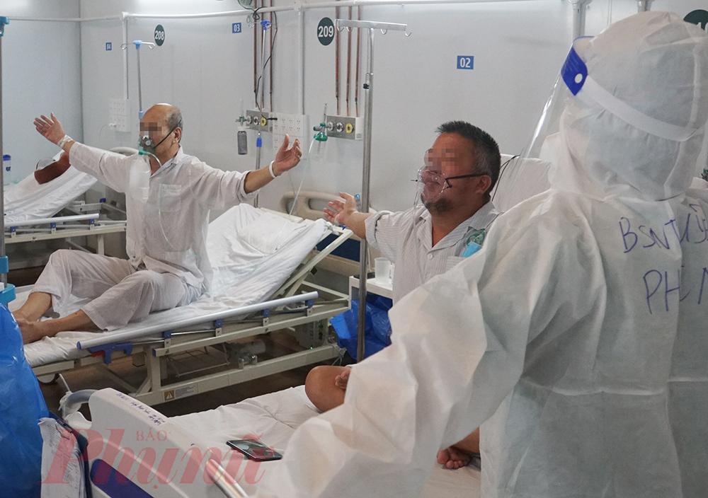 Bác sĩ Tố Uyên cho biết, không chỉ bệnh nhân cai máy thở, những bệnh nhân đang hỗ trợ thở máy cũng cần tập thể dục mỗi ngày để sớm được phục hồi hơn.