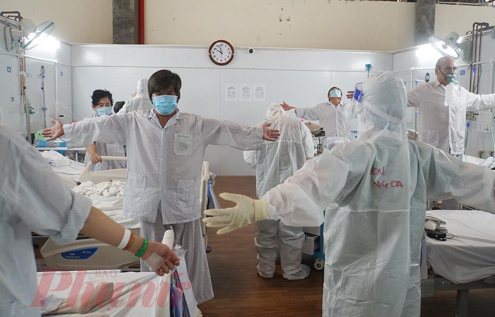 Mỗi ngày 2 lần vào sáng, chiều, các bác sĩ, điều dưỡng tại Bệnh viện Dã chiến số 16 do Bệnh viện Bạch Mai phụ trách đều đặn đến phòng bệnh cùng bệnh nhân COVID-19 tập vật lý trị liệu để phục hồi các chức năng hô hấp, cơ, nâng cao thể trạng.